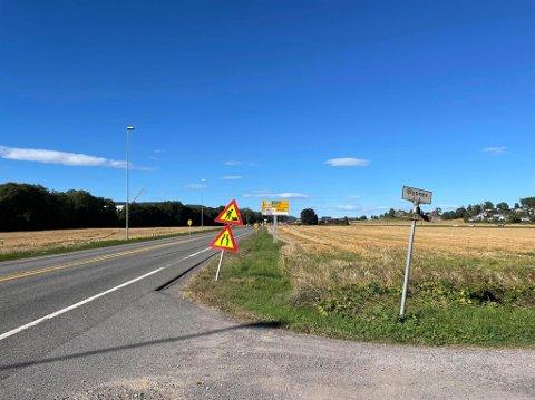 UBEHAGELIG: Glypnes-beboer Tore Pedersen synes det er ubehagelig å kjøre ut på Gamle Sørlandske, med stor trafikk og høy fart.