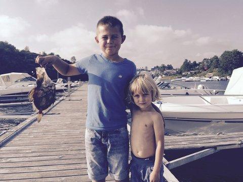 Stolte: Sondre Viken og Julian Farmen Leskovsky fikk sanktpetersfisk i garnet da de i helgen var på fisketur med Pål Holtan Leskovsky. Foto: Privat