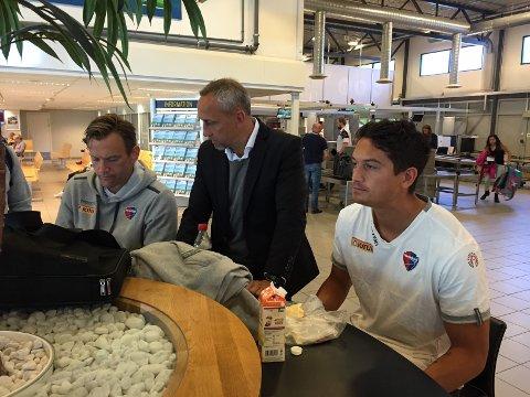 Assistenttrener Ronny Holmedal (f.v.), hovedtrener Lars Bohinen og Kjell Rune Sellin på Torp før avreise til Stavanger lørdag.