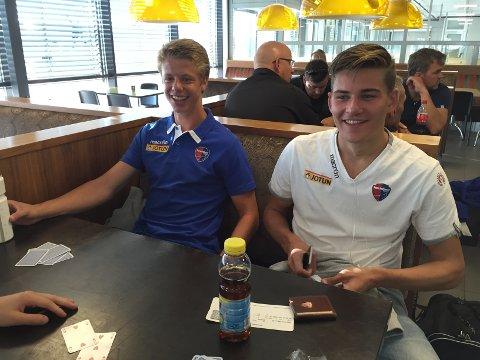 Eirik Offenberg (t.v.) får SF-debuten sin i eliteserien i kveld. Her er han sammen med William Kurtovic på Torp før avreise til Sola og Stavanger lørdag formiddag.