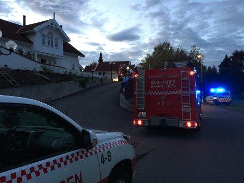 FULL UTRYKNING: Alle nødetatene rykket ut da det begynte å brenne i et sikringsskap i et bolighus i Kiserødveien.
