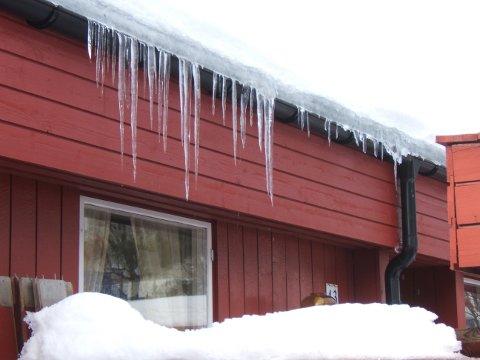 ISTAPPER, ET FARESIGNAL: Ser taket ditt slik ut om vinteren, kan det være smart å etterisolere.