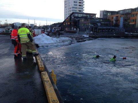 ØVER: Brannvesenet øvde i vannet på Kilen torsdag morgen.