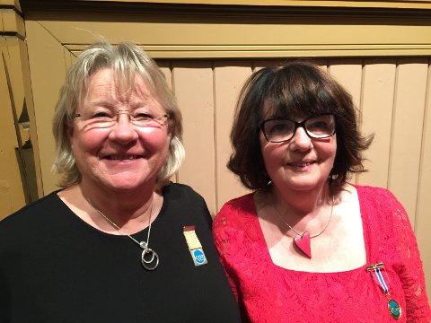 KORHEDER: Kari Abrahamsen (t.v.) og Wivi Grankel har vært med i Sandefjord Blandede Kor i 40 år. (Foto: privat)
