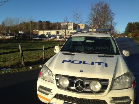 VED SKOLEN: Politiet stilte mannsterke opp da de aksjonerte på Breidablikk tirsdag formiddag. I bakgrunnen ser vi ungdomsskolen på stedet.