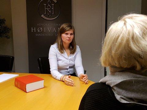 Advokat Anne Grete M. Ytredal i samtale med sin klient, som ikke får informasjon av egen sak av barnevernet.