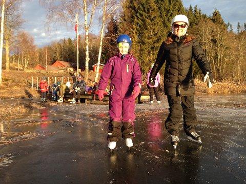 FRYDET SEG: Charlotte (t.h.) og Susanne Isaksen hadde en kjempefin skøytetur på Goksjø søndag ettermiddag.