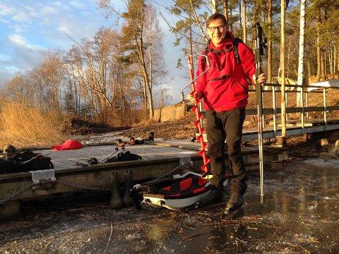 SJEKKET ISEN: Turistforeningens Ragnar Standal sjekket isens tykkelse søndag ettermiddag. Det er fra 10 til 20 centimeter stålis, og mulig å gå på hele Goksjø.