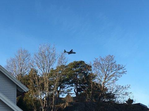 NÆRT: Siden Hercules-flyet fløy lavt var det godt synlig fra bakken. Flyet var på treningstokt, opplyser Forsvarets Operative Hovedkommando.