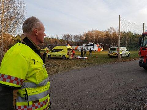 Den 19 år gamle knivskadde kvinnen ble sendt med legehelikopter fra den gamle Sandar-banen på Framnes.