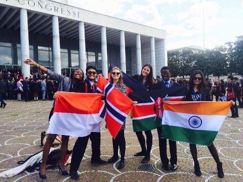 Sofie Pindsle (25, nummer tre fra venstre) fra Sandefjord studerer International Master of Business, economics and management ved KU Leuven campus Brussel. På bildet er hun på en konferanse i Roma med studiekamerater fra det internasjonale universitetet.