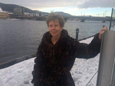 Karin Fossum, her fotografert ved Drammenselva, kommer snart med sin 14. bok om Konrad Sejer.