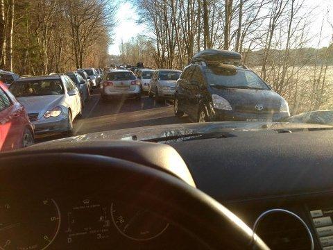 PARKERINGSKAOS: Søndag fikk man flere steder kun plass til én bil i bredden. Dette bildet er tatt ved Lasteland.