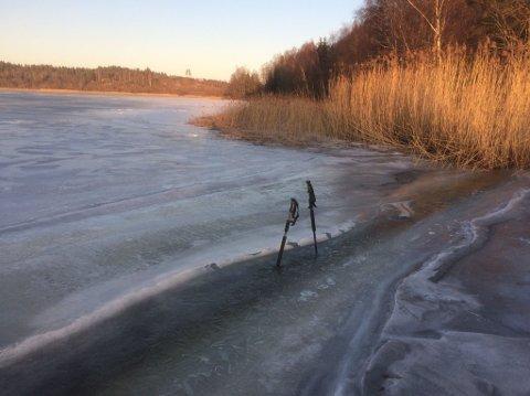 SPREKK: Isen på Goksjø består av flere «plater»,  som kan gi gliper eller råk. – Vi har fått et slikt råk ved Sandtangen på østsiden av Bøbukta, sier Ragnar Standal i Turistforeningen.