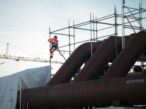 BYGGER STILLASER: Én av Xervon Norways ansatte setter opp stillaser på Ormen Lange ved Molde.