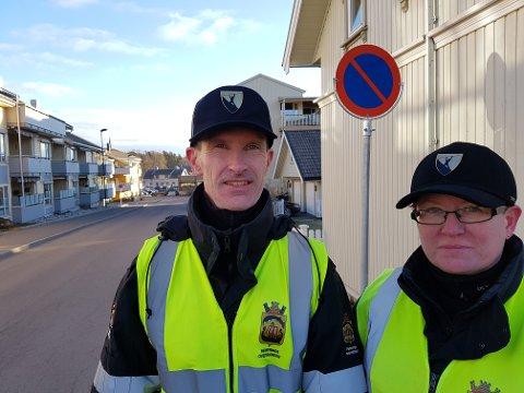 Trafikkbetjentene Ellen Svee og Jørgen Olav Hjelle veileder alle bilister i Stokke sentrum om de nye skiltene som er satt opp. Nye parkering forbudt-skilt er satt opp i flere gater.