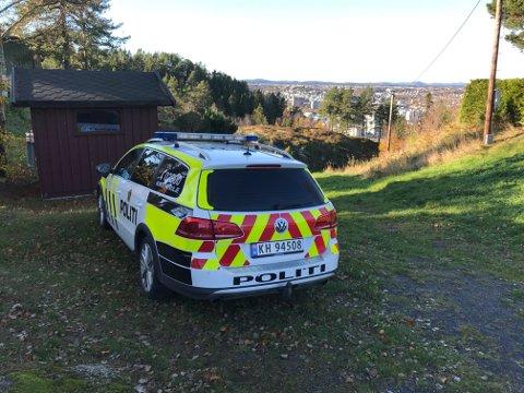 REDNINGSAKSJON: Politiet leter etter en 21 år gammel mann i området rundt Kamfjordåsen. Det er også brukt politielikopter i forbindelse med leteaksjonen.