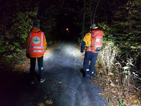 Letemannskaper fra Norsk Folkehjelp ute i skogen søndag kveld.