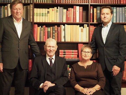 PENGEGAVE: Geir Ustgård (t.v), Odd Andersen, Gerd Bjørn-Andersen Og Jan Roger Thorsen(t.h).