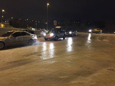 OMDIRIGERT: Det var såpeglatt ved Europris onsdag kveld. Politiet omdirigerte biler i Haslebakken.