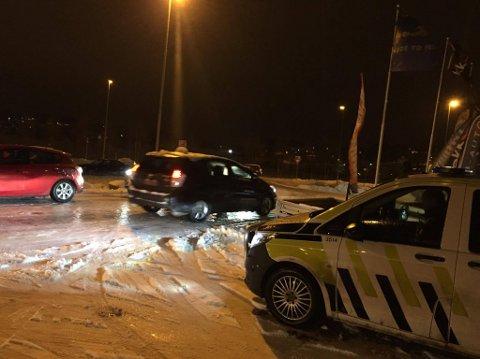 BLE STOPPET: Politiet ville ikke ha bilister ned til jernbaneundergangen.