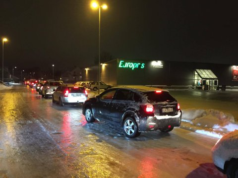 LANGE KØER: Det ble lange køer forbi Europris onsdag kveld.