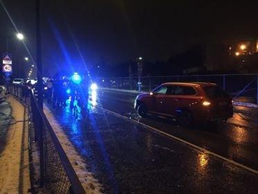 GLATT PÅ VEIENE: To biler krasjet rett utenfor Jotun fabrikker onsdag kveld.