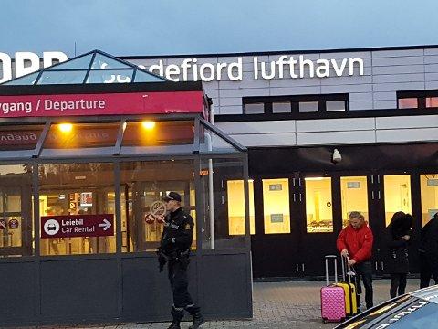 HOLDER VAKT: Politifok vil holde vakt på flyplassen fram til situasjonen er avklart.