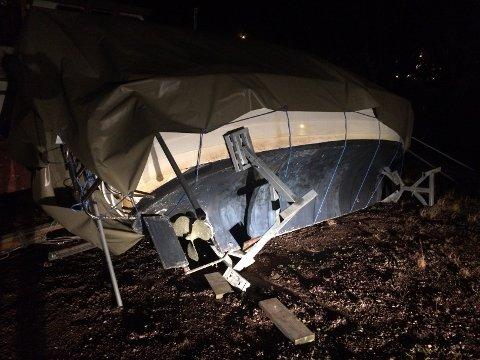 VIPPET OVER ENDE: At vinden virkelig tok tak har eieren av denne båten fått erfare.