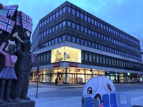 SOLGT: Norske Liv-bygget ved Torvet er solgt for godt over prisantydningen på 37 millionier kroner til et selskap i Oslo.