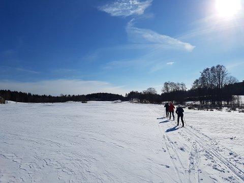 PÅSKESTEMNING: De som tok turen til løypene i Marum og golfbanen tirsdag fikk seg en flott opplevelse.