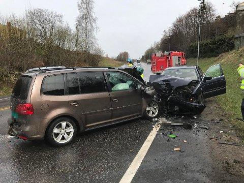 SMELL: Det har smelt kraftig da to biler kolliderte i Sandefjordsveien.