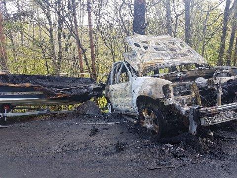 UTBRENT: Bilen ble utbrent etter brannen i Arendal mandag morgen. En båt, som sto på en henger til bilen, fikk også skader etter brannen.