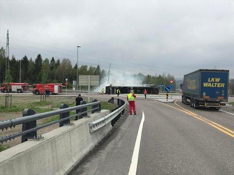 MYE RØYK: Lastebilen veltet i rundkjøringen i Nattvallkrysset.