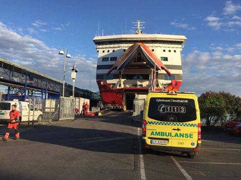 SYKDOM: I tillegg til tekniske problemer, oppstod det sykdom om bord. Her er ambulanse på plass ved kaia.