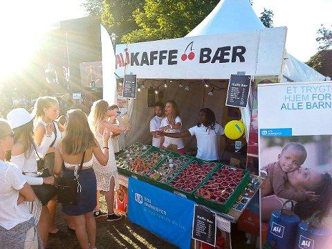 PÅ FESTIVAL: De unge frivillige i SOS-barnebyer Vestfold digger å delta på Slottsfjellfestivalen, der de jobber dugnad og selger bær, frukt og kaffe til inntekt for SOS-barnebyer. Bildet er fra Slottsfjell 2016.