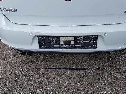 Eieren av denne bilen oppdaget først mandag at noen hadde stjålet skiltet bak på bilen. Tyven hadde bare tatt skiltet bak, ikke foran.