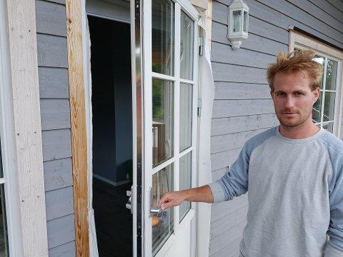 KOM INN HER: Familien hadde en åpen dør i 2. etasje fordi det var svært varmt da tyveriet skjedde i juli. - Det var her de kom inn, sier huseier Mikael Blålid.