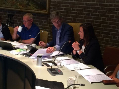 LA FRAM RAPPORT: Heidi Aas Larsen orienterer formannskapet om Tenden-rapporten. Ved siden av gruppeleder Tor Steinar Mathiassen (H) og ordfører Bjørn Ole Gleditsch (H).