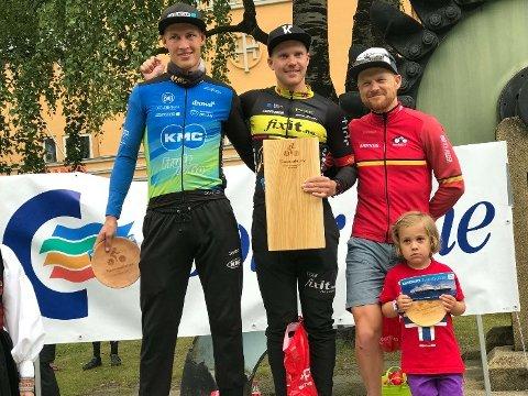 PÅ PALLEN: Ken-Levi Eikeland (i midten) satte ny løyperekord da han vant Helterittet. Gerben Mos tok andreplass, mens nok en Sandefjord-rytter, Per Kristian Kirkhus (t.h.) ble nummer tre.