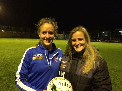 BLID TREMÅLSSCORER:Emilie Finnevolden var i støtet i kampen mot Ørn Horten 2 og scoret hele tre mål da laget vant 5-0. Her sammen med en fornøyd trener Melissa Wiik.