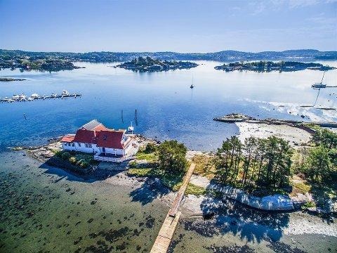EGEN HOLME: For 13,7 millioner kroner får du denne hytta og en egen holme på 3,8 mål.