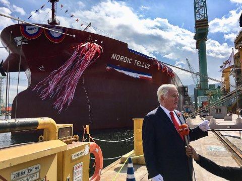 SEILER RUNDT: Her er Herbjørn Hansson foran et av sine «Suezmax» skip. Bildet er tatt ved en annen anledning.