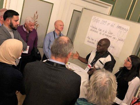 NYTT FORUM: Ebeneezer Akoi utfordrer dialoggruppen. Raed Ali Sebhan, Salko Smajic, Thor Henry Thorød, Ayten Yalcin, Lizz Daniels, Arild Theimann og Fatma Abukhater er klare for oppgaven.