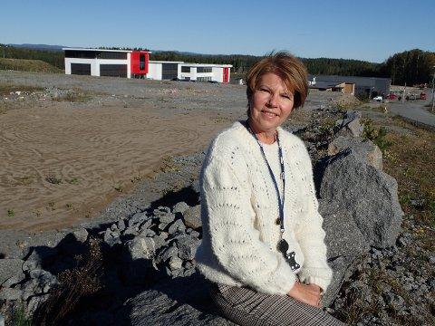 LETTET: – Nå kan vi for alvor starte planleggingen av et nytt flott byggvarehus for innbyggerne i Sandefjord-distriktet bak meg, sier Anne Berg Behring, direktør for Coop Vestfold Telemark.