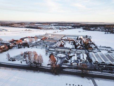 UTVIDER: Noen bygninger kan blir revet, andre kan komme til når Gjennestad videregående skole planlegger for framtida. Raveien går i forgrunnen.
