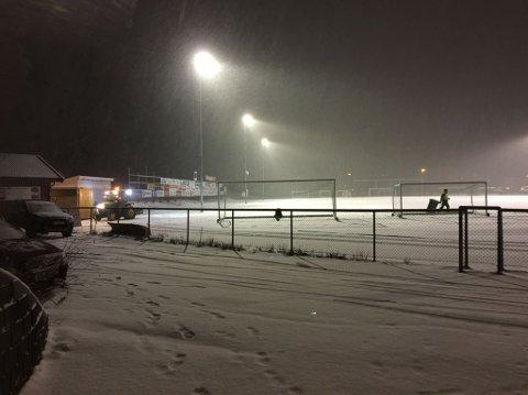 SNØ: Bakken i Andebu sentrum var dekket av snø torsdag kveld.