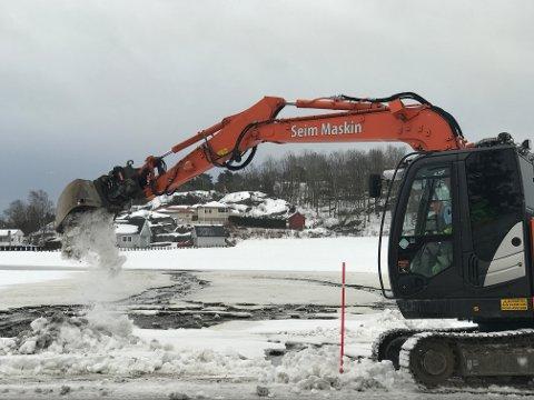 Arbeidet med å grave opp på bruddstedet på hovedvannledningen ved Blåsteinveien ble påbegynt ved 08.30-tida.