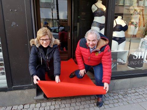 RØD LØPER: 100 forretninger som er med på trenduka, vil invitere sine gjester med en rød løper. Her ser vi Elisabetg Teien og Geir Ellefsen som tester ut den røde løperen.