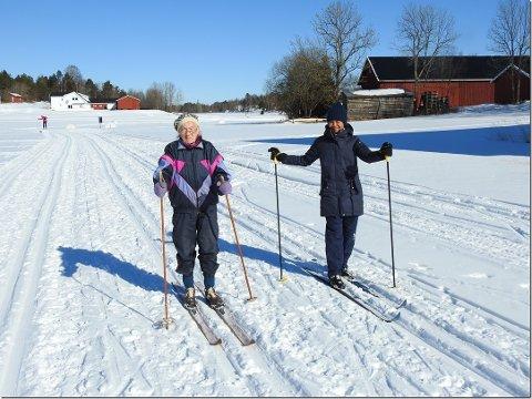 KOSTE SEG PÅ TUR: Klara Therese Sandve (100), her sammen med svigerdatteren Ubon Wangsungnoen, fikk endelig ski på beina igjen. Det syntes hun var helt topp.